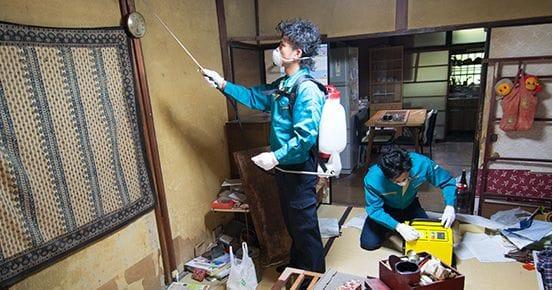 脱臭・除菌サービスの施工中の風景