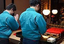 仏壇の前で手を合わすスタッフ
