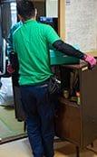 遺品整理の際、荷物を運び出しているスタッフ。