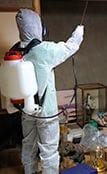 遺品整理も際に消毒作業をするスタッフ。