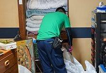 遺品整理の際に清掃するスタッフ。